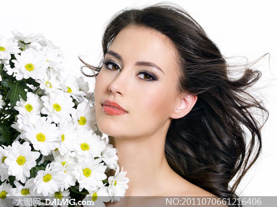 与鲜花零距离的美女人物高清摄影图片 大图网