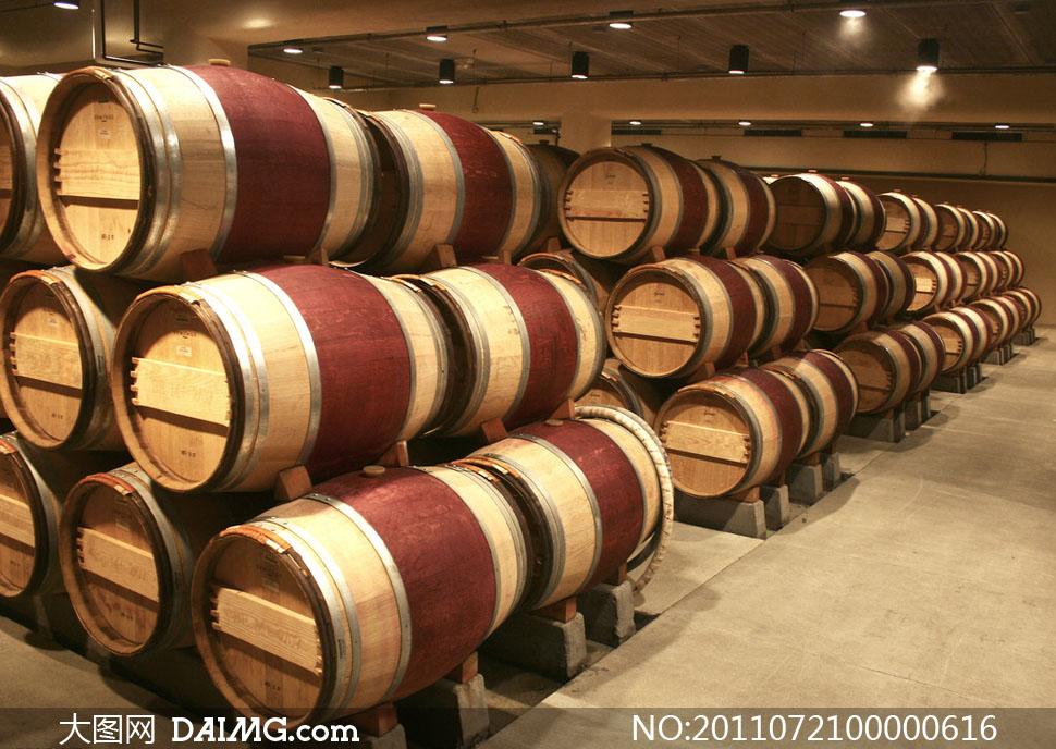 葡萄酒酒窖和橡木桶高清摄影图片