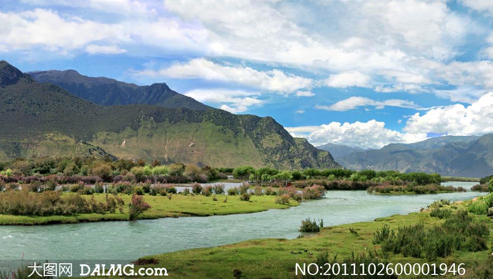 关键词: 山水风景图蓝天白云山峰高山流水草地湿地河水河滩树自然风景