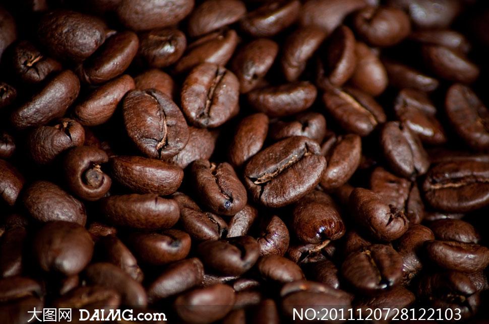小而圆滚的深褐色咖啡豆高清摄影图片