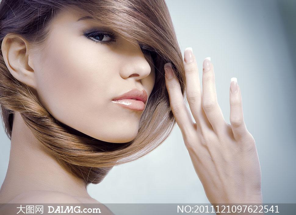 用手拨弄头发的美女侧面高清摄影图片 大图网