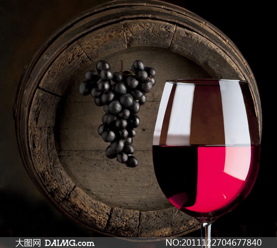 红酒葡萄与木桶底高清摄影图片