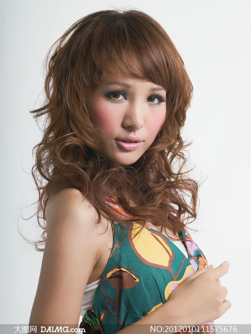卷发美女模特人物侧面高清摄影图片