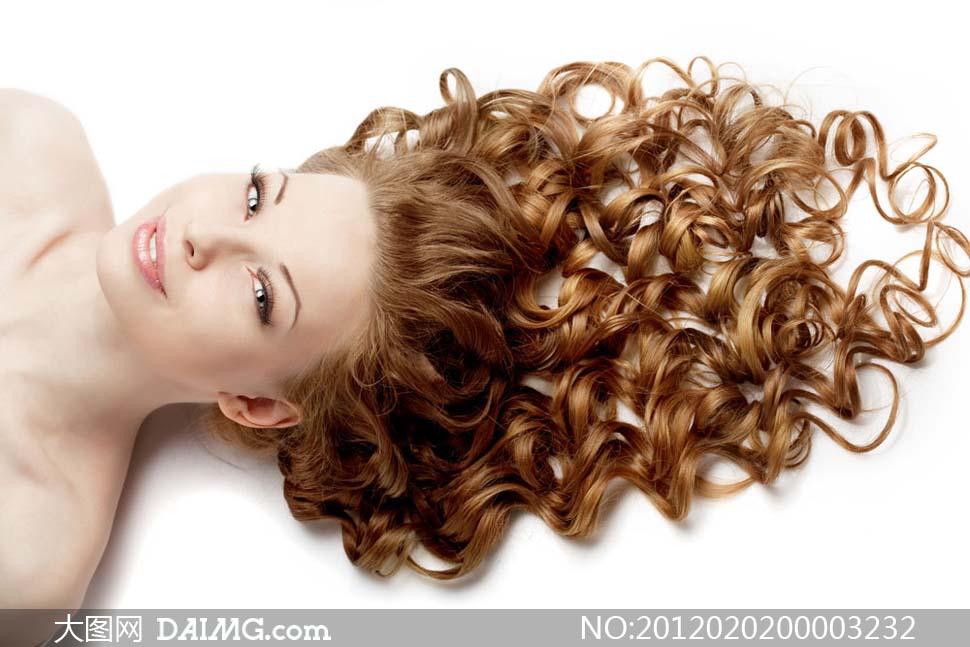 躺着的卷发美女模特摄影图片 大图网设计素材