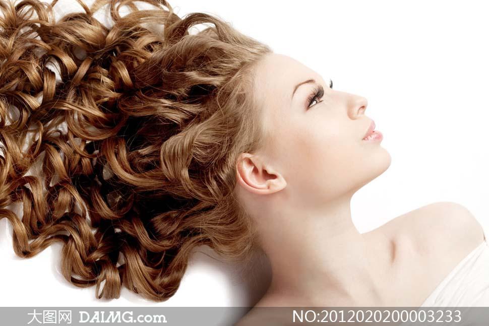 欧美卷发美女欧美卷发发型女躺着的欧美美女卷发写真