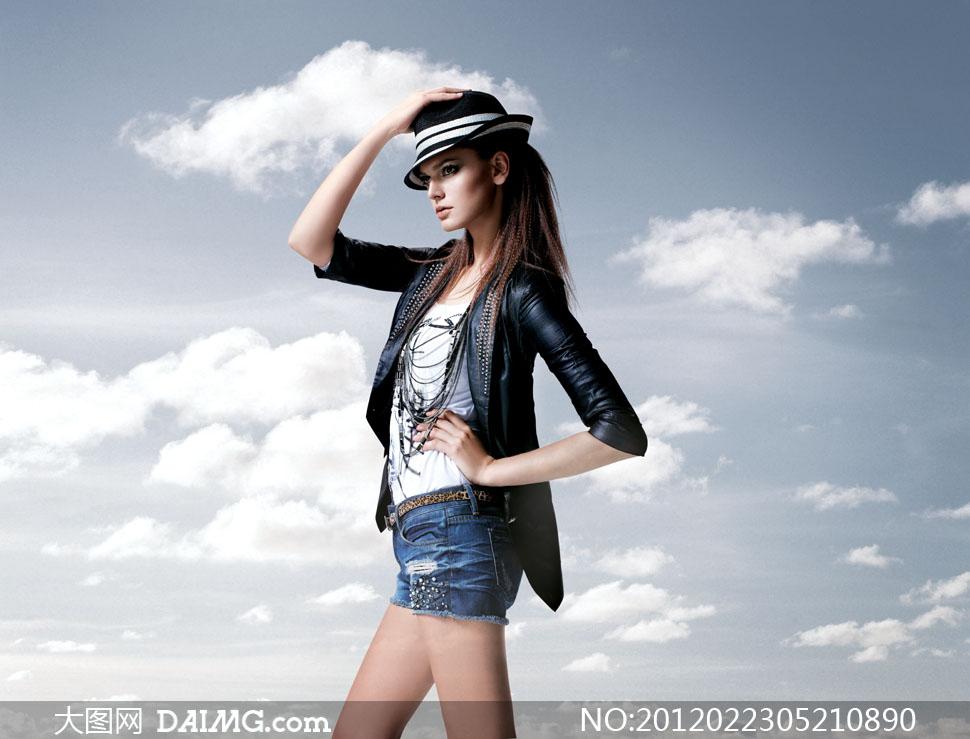 美女写真人像摄影侧面长发皮衣牛仔布短裙白云云朵