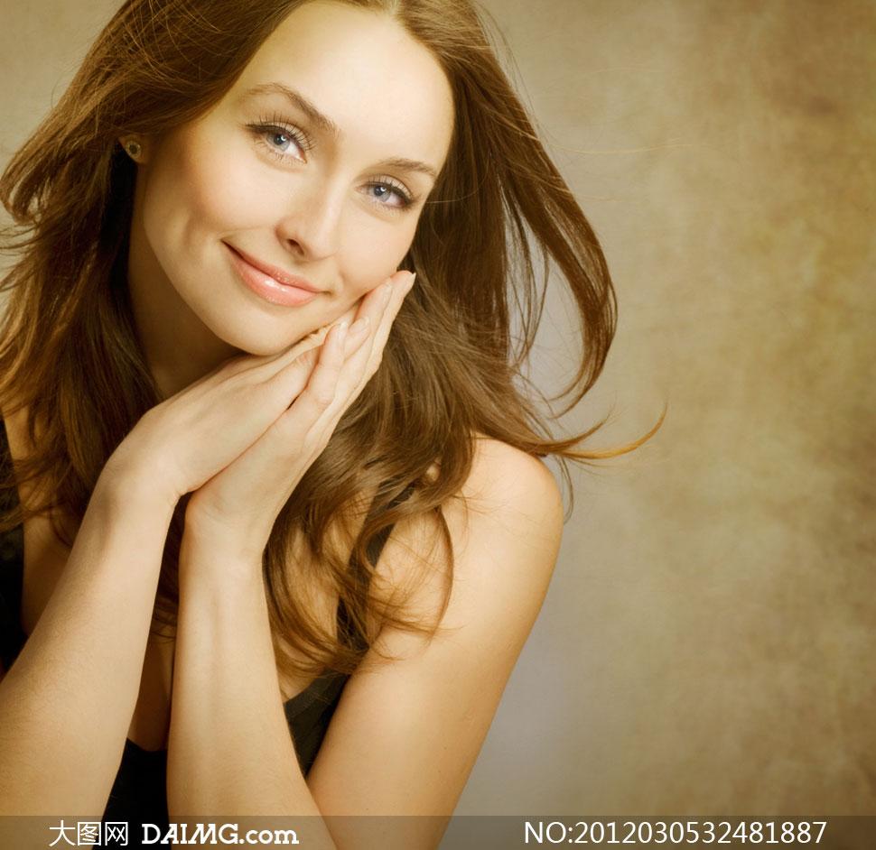 面带笑容的外国飘逸长发美女高清摄影图片