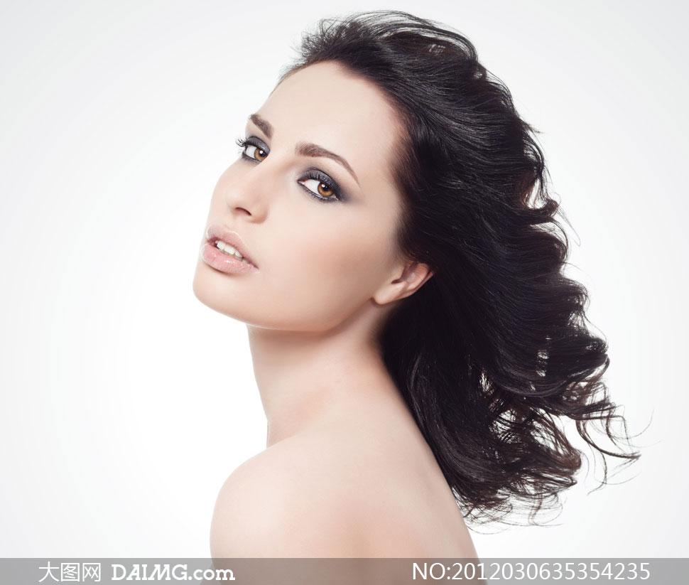 素材信息  露肩黑发美女人物侧面摄影高清图片