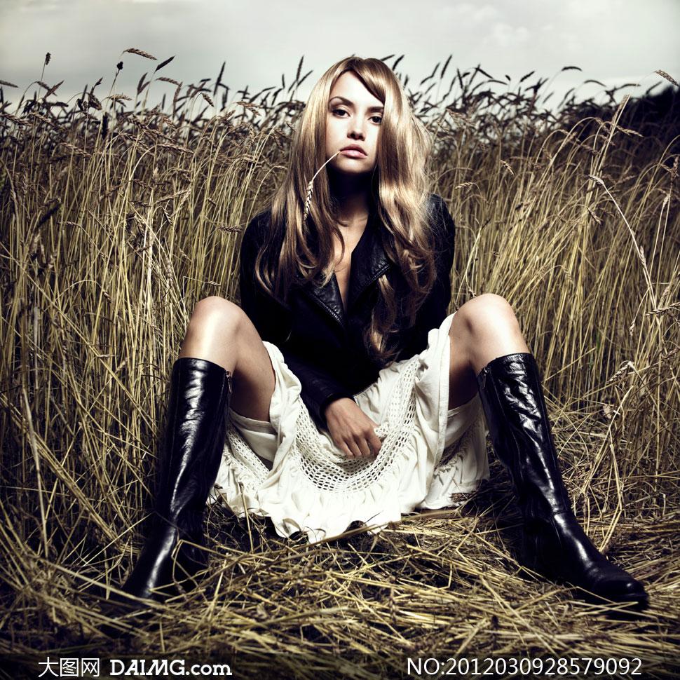 庄稼地里的长靴金发美女模特高清摄影图片 大
