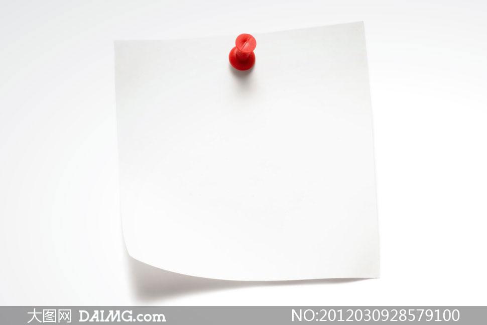 钉着的白色便签纸高清摄影图片