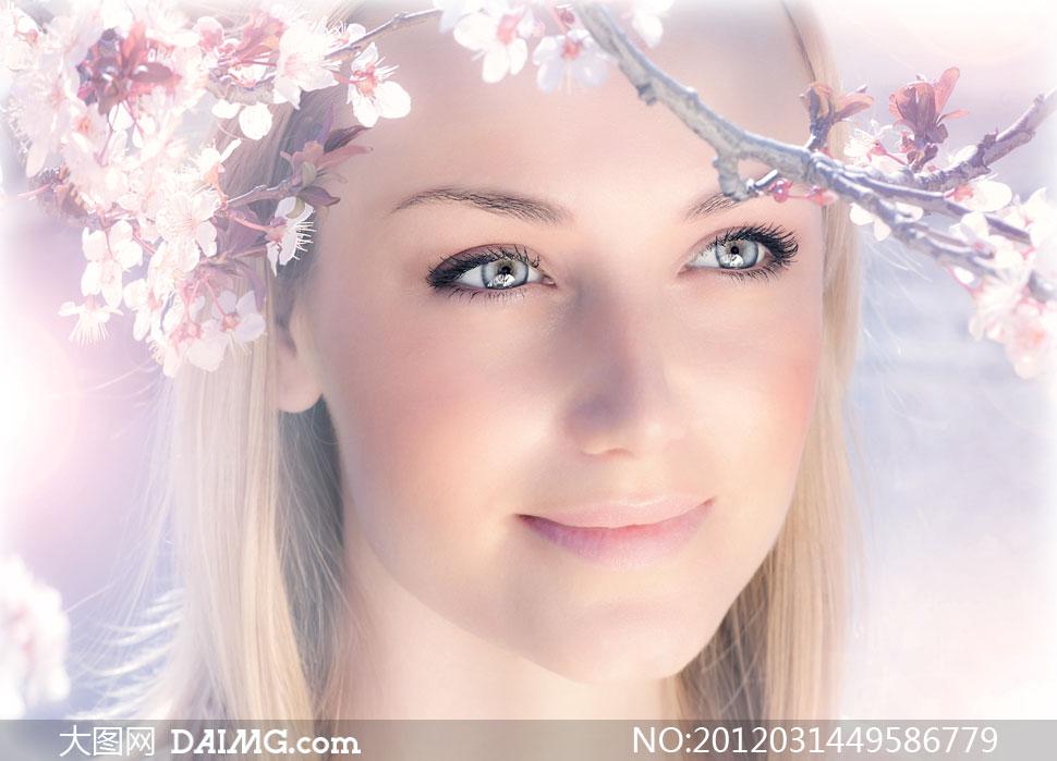 春天桃树枝下的外国美女人物高清摄影图片 大