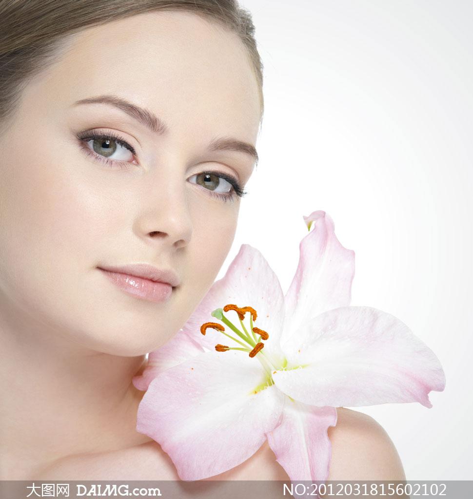 花朵放在肩膀上的spa美女人物摄影图片