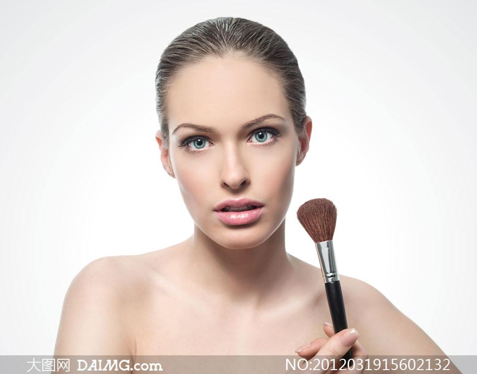 手拿化妆刷的外国美女模特摄影高清图片 大图