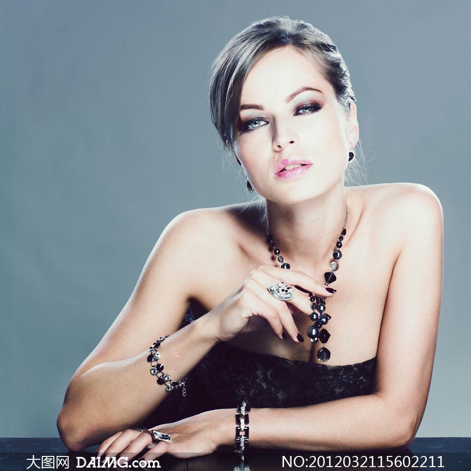戴着黑色首饰的外国美女模特摄影高清图片 大