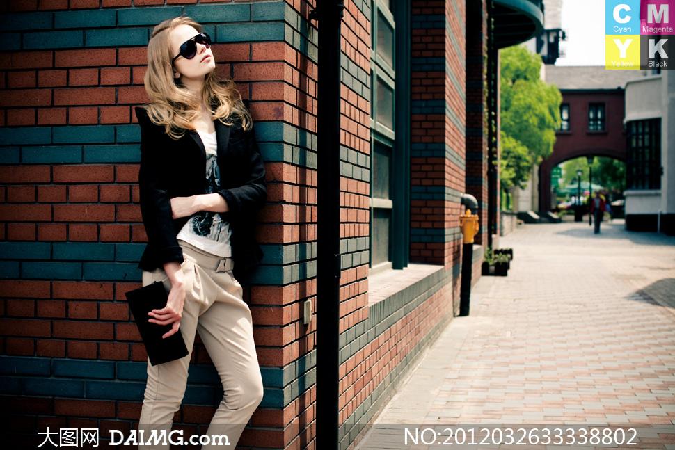 倚墙而站的外国美女模特摄影高清图片 大图网
