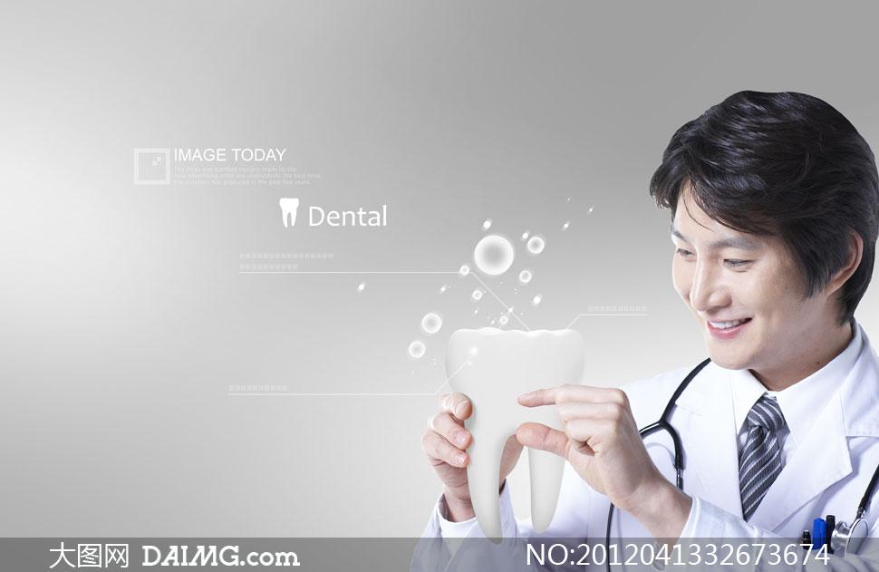 拿着牙齿模型的医生人物PSD分层素材 大图网