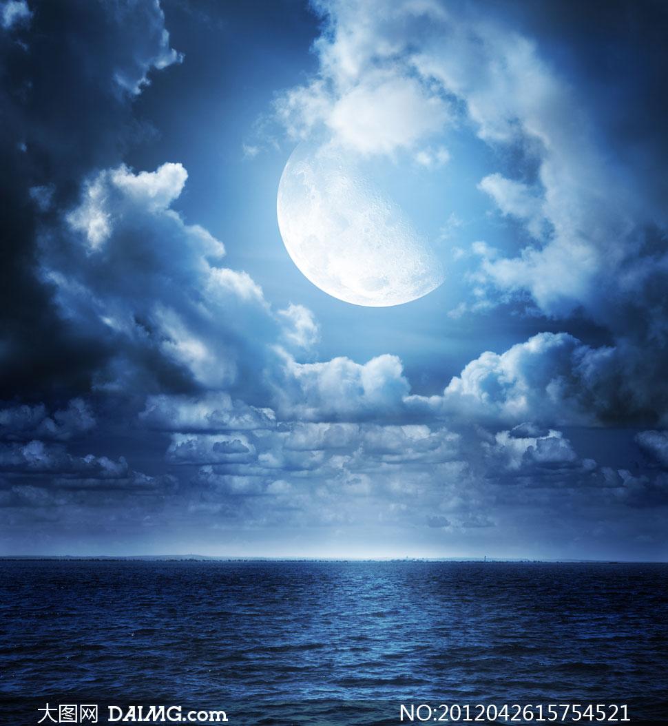 关键词: 高清大图图片素材摄影天空月亮蓝色水面水波波光涟漪海上大海