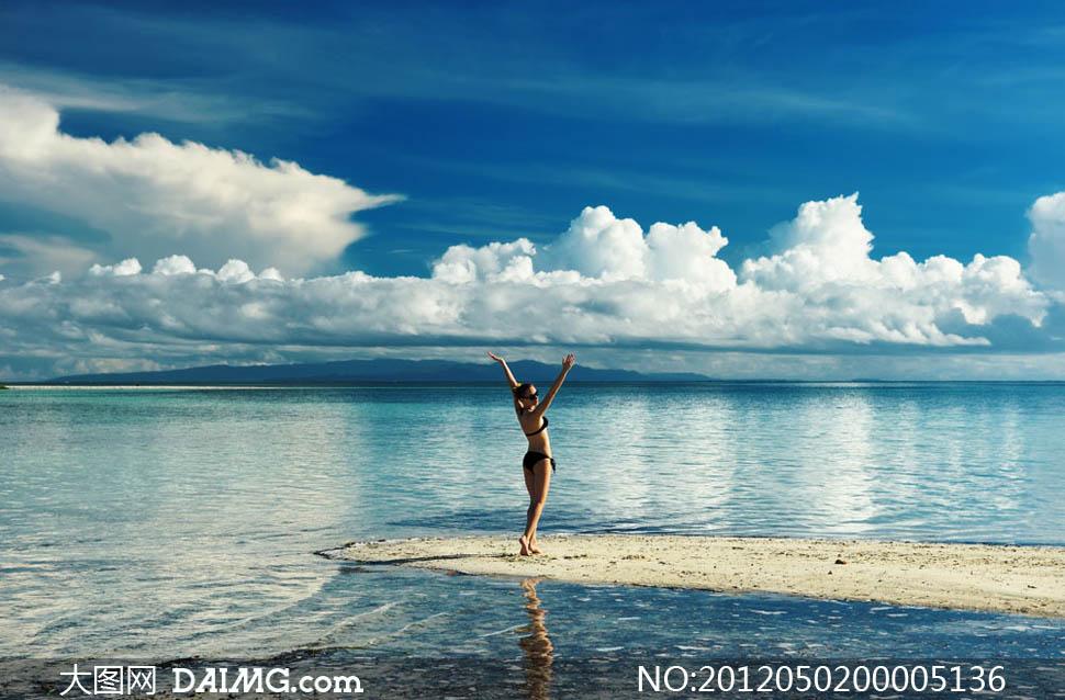 穿着比基尼在海边度假的美女摄影图片
