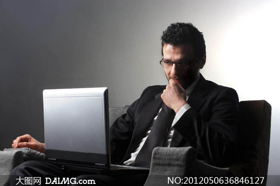 做思考状的男人摄影高清图片