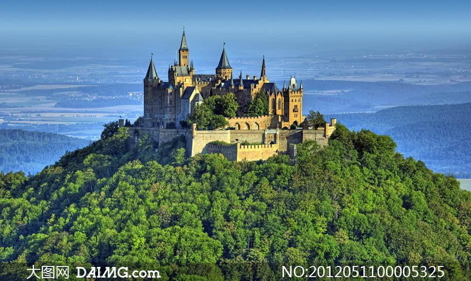 山顶上的欧式城堡摄影图片