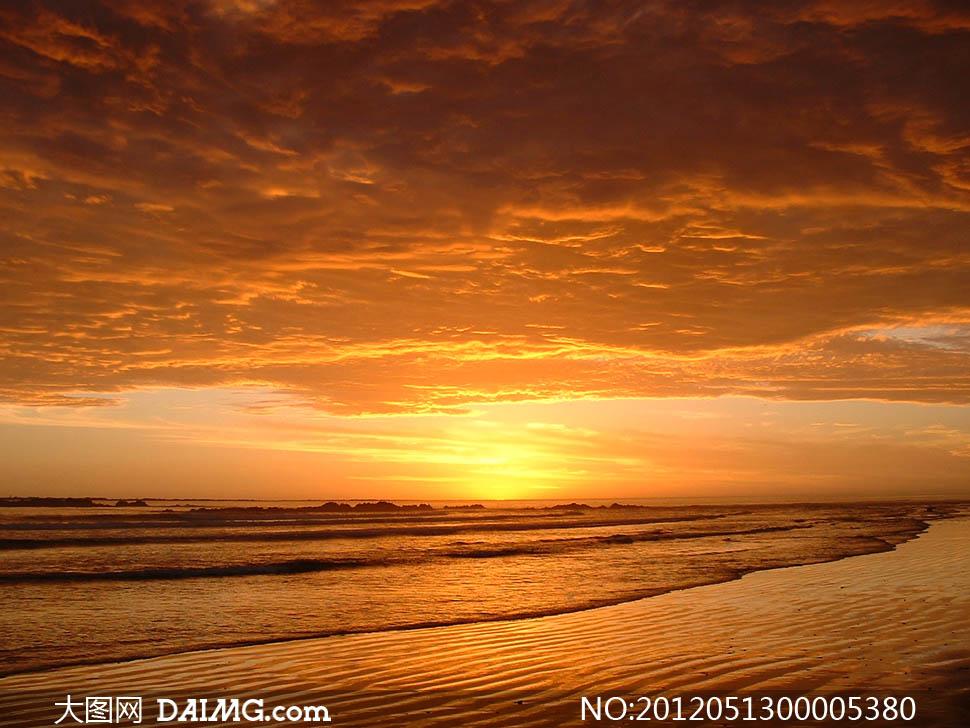 夕阳下的海边摄影图片