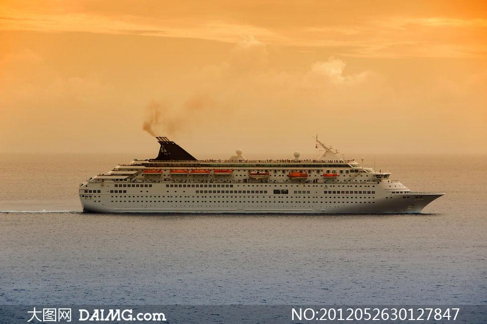大海上航行的大型游轮高清摄影图片-在海上航行的船只除了客船和货