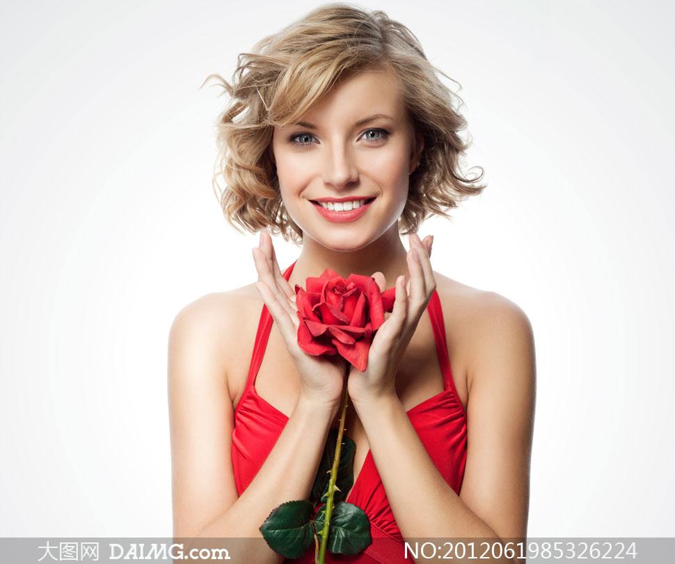 美女模特外国国外高兴开心笑容红色吊颈挂脖短发卷发