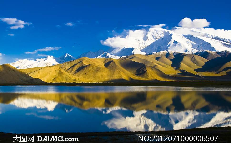 慕士塔格峰湖面倒影雪山蓝天天空白云云彩云