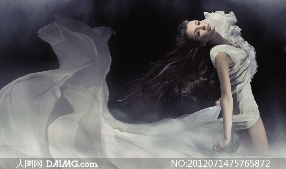 穿拖尾长裙的美女模特摄影高清图片 大图网设