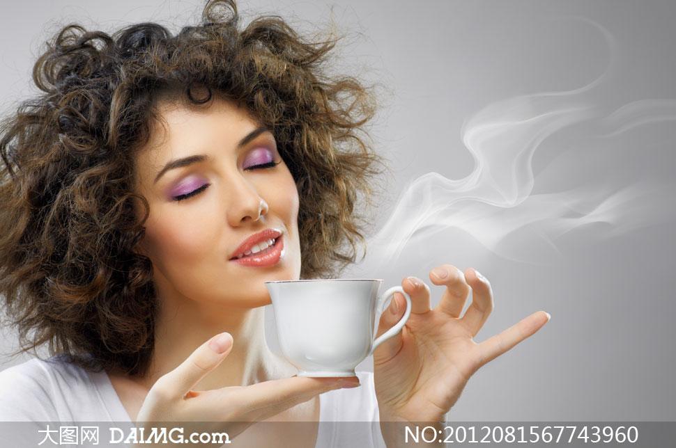 闻冒着热气咖啡的美女摄影高清图片 大图网设
