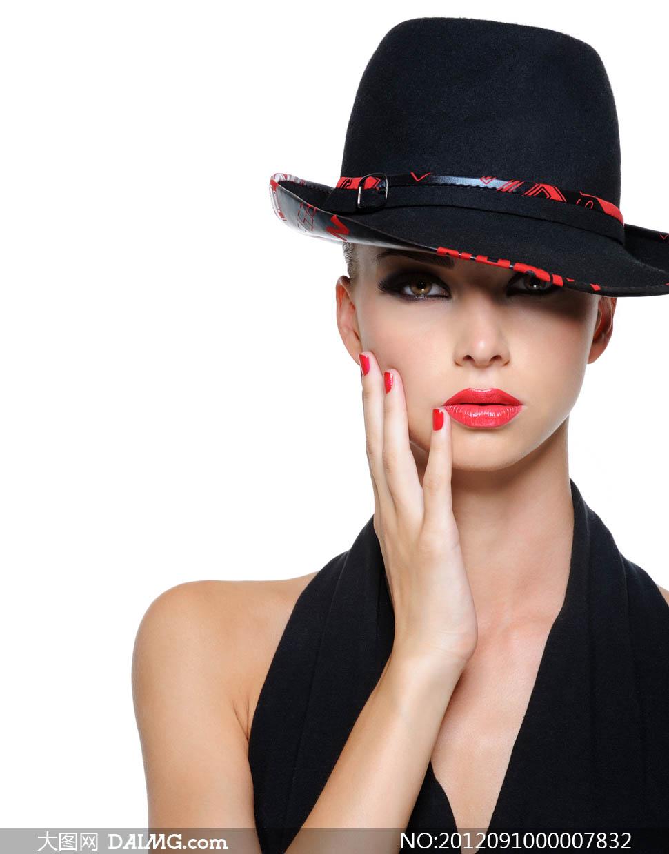 戴帽子手托着脸的美女模特摄影图片