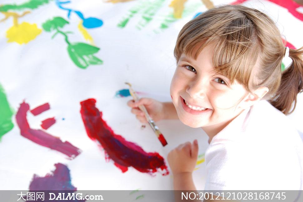 女生小学生可爱笑容画笔颜料笔画笔外国国外画画儿童
