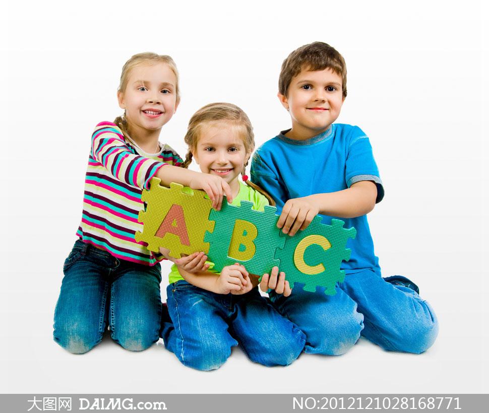 国外小男孩小男生abc开心笑容微笑牛仔裤跪着儿童
