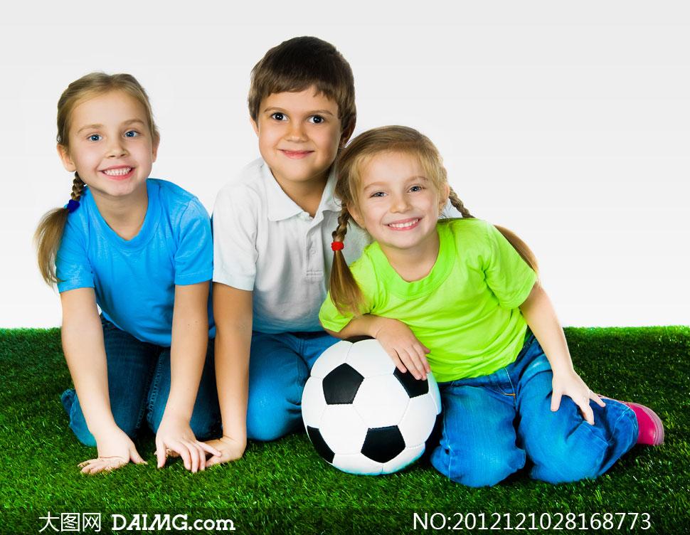 国外小男孩小男生开心笑容微笑托着下巴辫子儿童足球