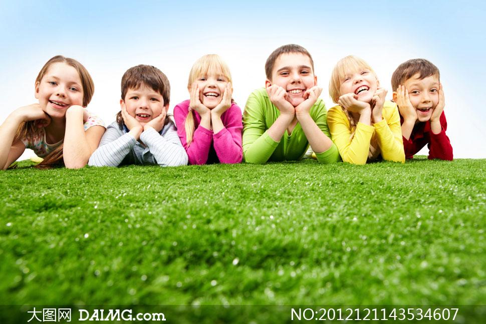 可爱外国国外开心笑容儿童小男孩小男生托着下巴草地